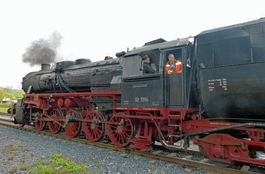 Die Fahrt mit der alten Dampflok stieß auf großes Interesse, sowohl bei den Mitfahrern wie auch bei ...