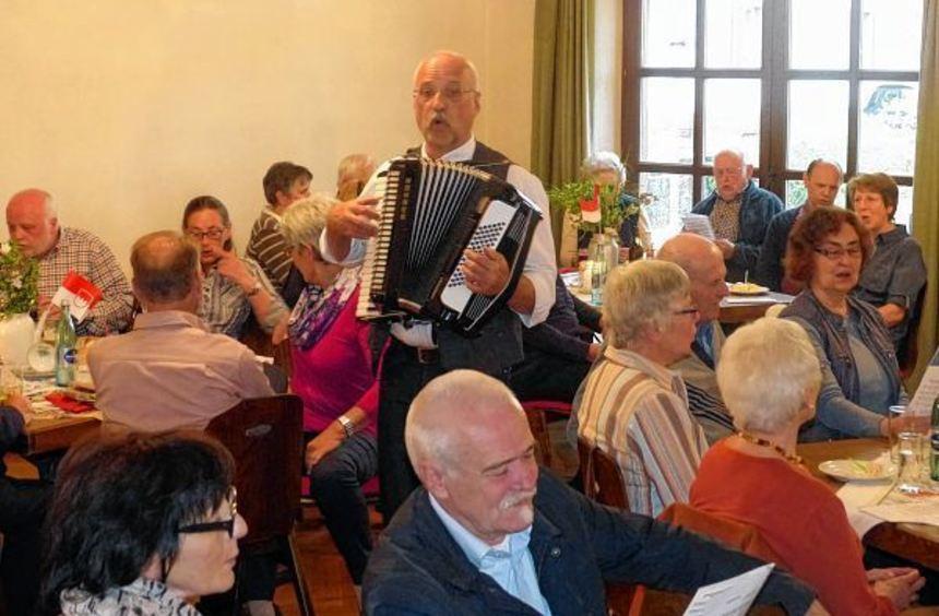 """Jo Krimm animierte mit seinem Akkordeon die Gäste beim """"Kreüzemer Owend"""" zum Mitsingen."""