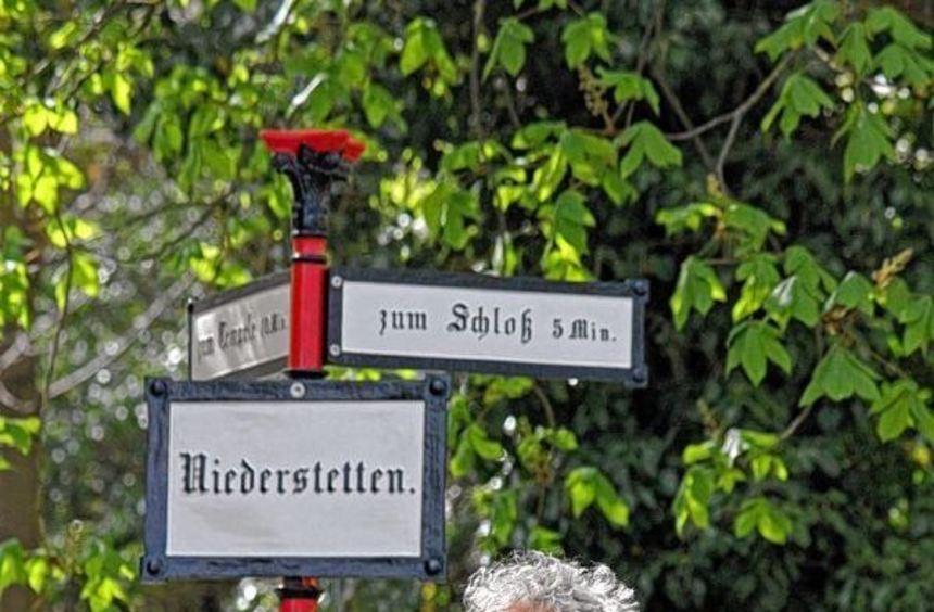 Der Ortsstock, der von Ilshofener Schülern restauriert wurde, weist wieder den Weg. Walter Krüger ...