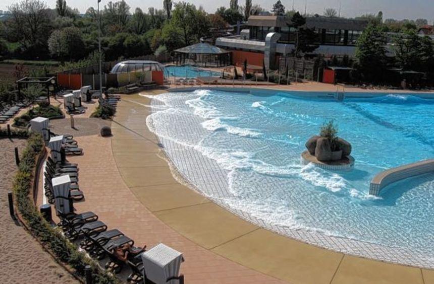 Das Wellenaußenbecken im Aquadrom bietet im Sommer Spaß pur und Entspannung im Strandbereich für ...