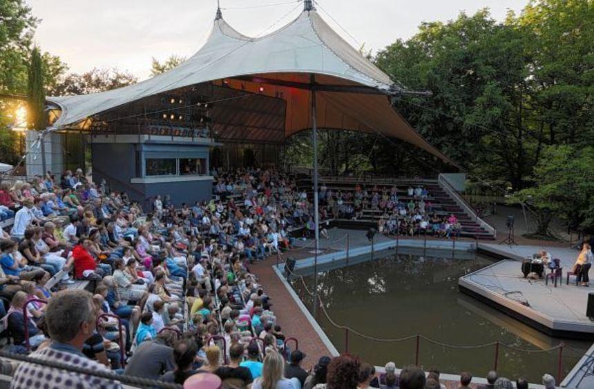 Idyllisch gelegen, aber baufällig: Die Seebühne im Luisenpark stammt noch von der Bundesgartenschau ...