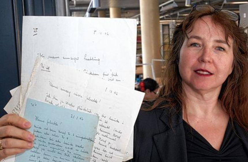 Die Professorin Eva Lia Wyss zeigt in ihrem Archiv an der Universität in Koblenz Liebesbriefe. Ihr ...