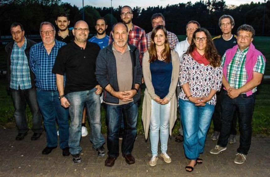 Frank Daum (rechts) ist der neue Vorsitzende des SV Schwanheim. Taimi Kries (3.v.r.) stößt als neue ...