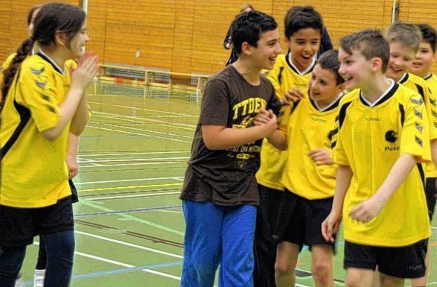 Die Schiller-Schüler bejubeln den entscheidenden Treffer zum Turniersieg.