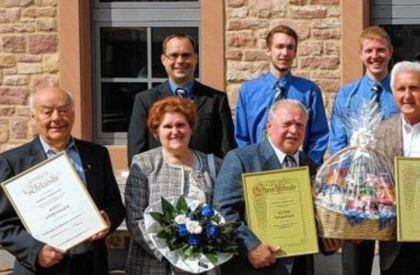 Treue und Probenfleiß belohnt: Karsten Fey (2. Vorsitzender, hinten v. l.), Henrik Berndt, David ...