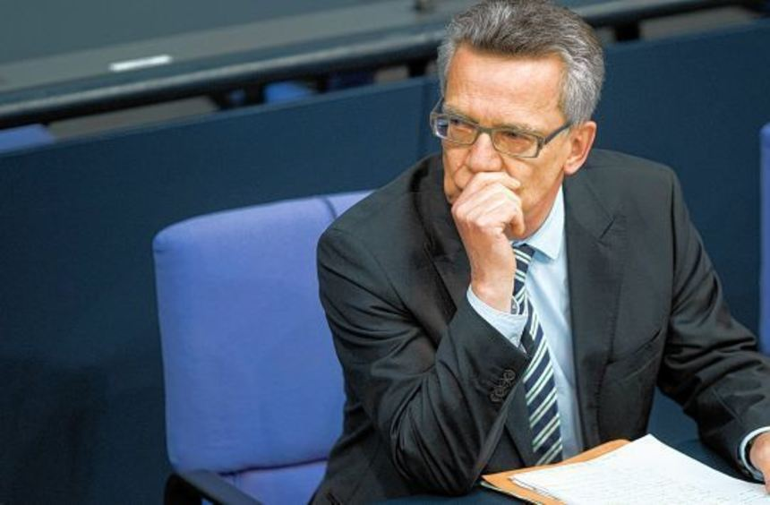 Nachdenklich: Thomas de Maizière ahnt, dass ihn die Probleme um das G 36 und den BND nicht so ...