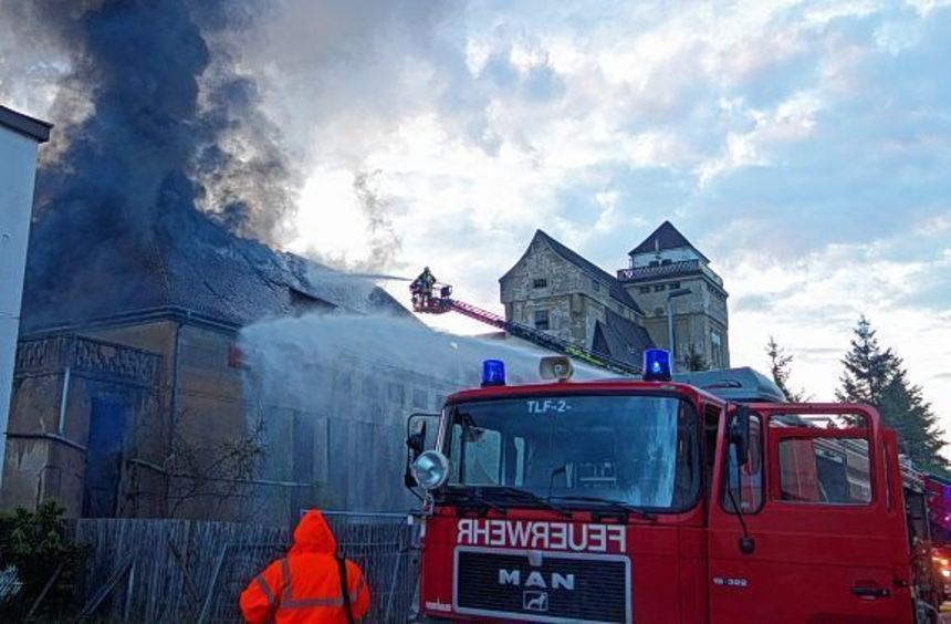 """Der """"Lindner-Bau"""", ein Gebäude der ehemaligen Haßmersheimer Malzfabrik, stand am Dienstagabend in ..."""