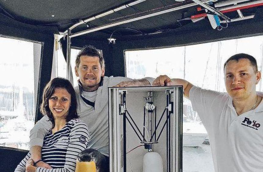 Wojtek Czyz mit Elena Brambilla und Michael Eißele mit seinem 3D-Drucker an Bord des Katamarans ...