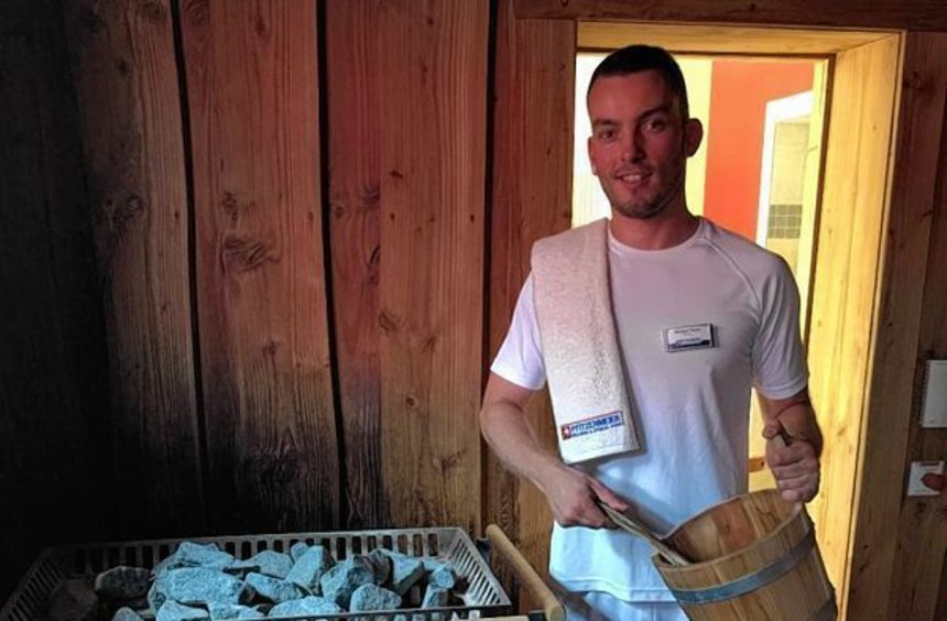 Saunameister Michael Thron heizt den Pfitzenmeier-Gästen ein.