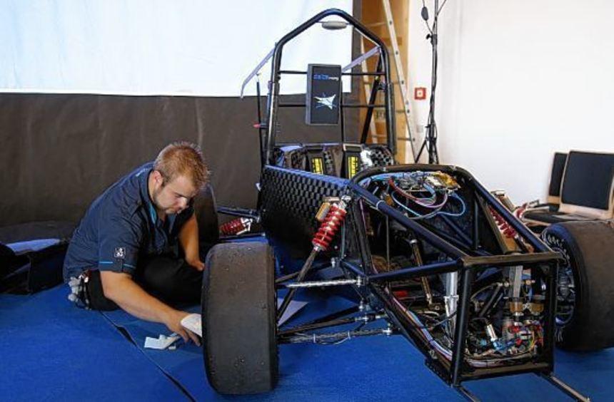 Noch bis zur letzten Sekunde hat der Projektleiter des Elektroautos, Sascha Gaberdiel, ...