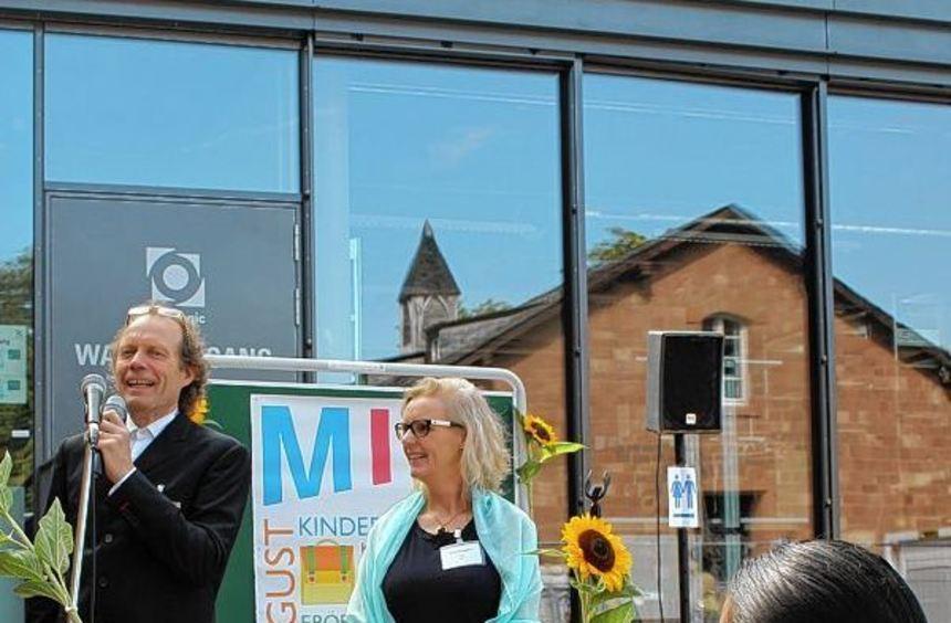 Bernhard und Julia Bentgens bei der Eröffnung des neuen, vielsprachigen Kindergartens auf Turley.