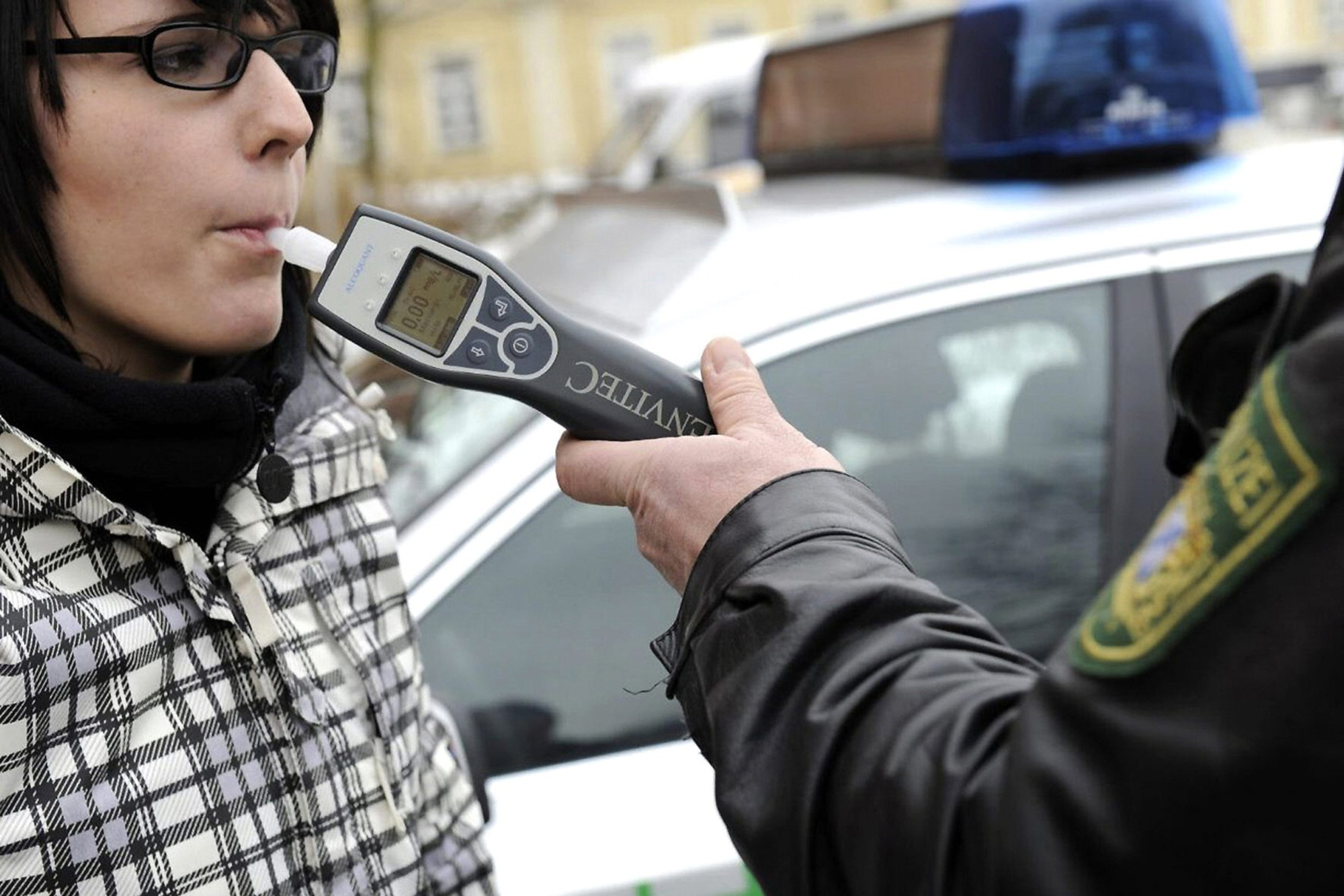 Recht: Pusten bei der Polizei - Ein Glas Wasser macht den Alko-Test ungültig