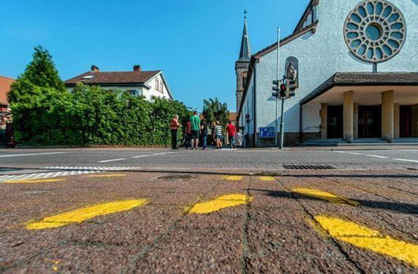 An sieben Straßenübergängen in Einhausen leuchten seit dem Wochenende wieder die gelben Fußspuren.