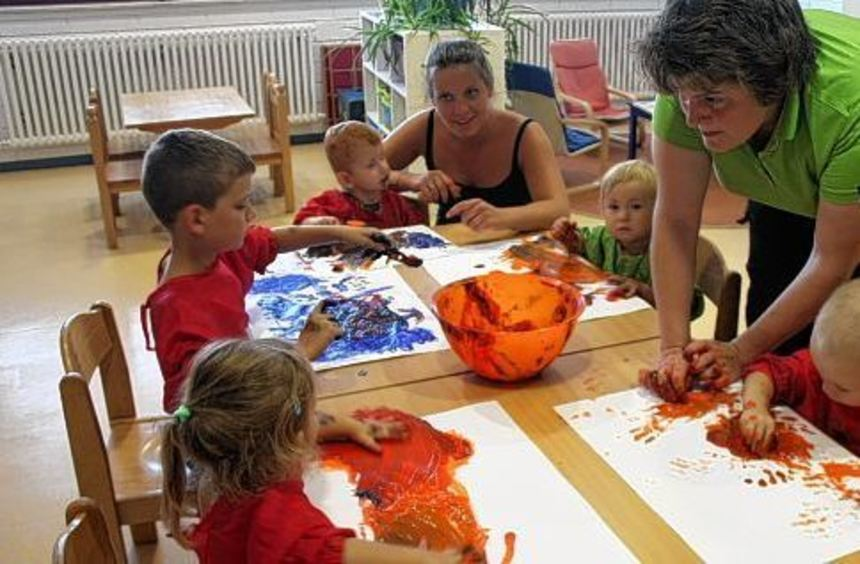 Die Farbe wird im Eisfach gefroren, dann dürfen die Kinder mit den Farb-Eiswürfeln malen: Eine ...