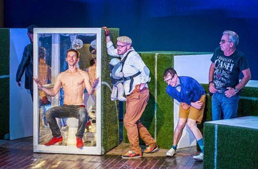 """So sind sie: """"Männer"""" von Franz Wittenbrink im Globe Theater bei den Freilichtspielen Schwäbisch ..."""