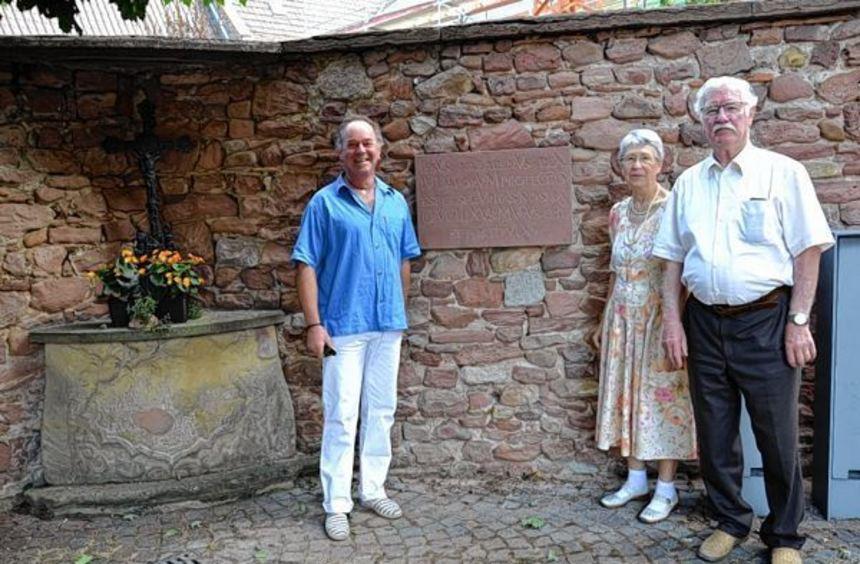 Steinmetz Detlev Kleineidam (l.) sowie das Ehepaar Gertrud und Edmund Kopecek vor der neuen ...