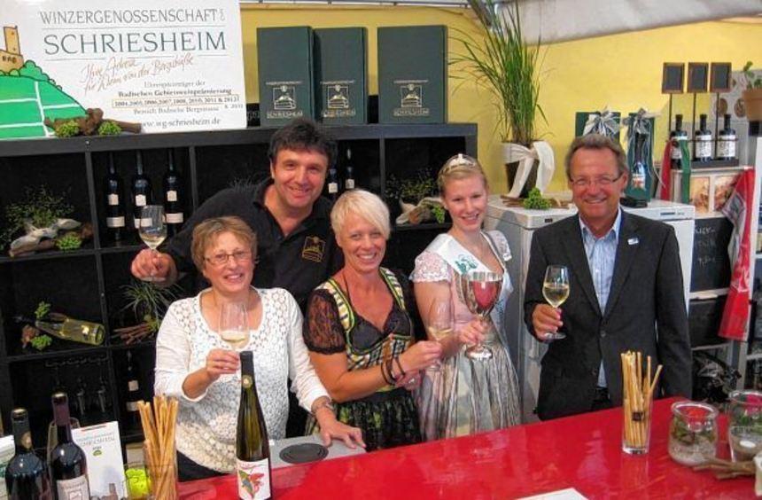 Der Stand der Winzergenossenschaft Schriesheim vor einem Jahr: Bürgermeister Höfer (rechts) die ...