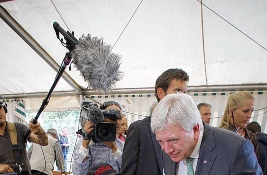 """Der hessische Ministerpräsident Volker Bouffier (CDU, 2.v.r.) besucht das Zelt """"Oase"""" der Limburger ..."""