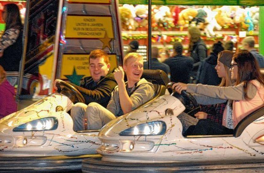 Gemütlich im Festzelt sitzen, an den Verkaufsständen bummeln oder Autoscooter fahren: beim Buchener ...