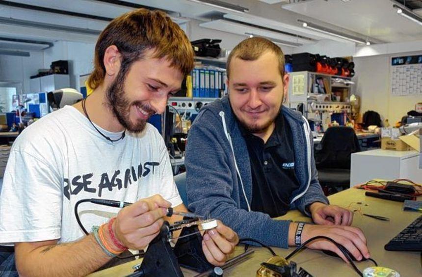 Vor Ausbildungsbeginn bastelt Gaspar Rosado Maldonado (links) mit seinem zukünftigen Kollegen ...