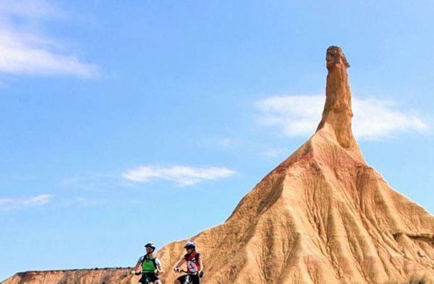 Die spektakuläre Felsformation Castil de Tierra gilt als Wahrzeichen der Halbwüste Bardenas Reales.