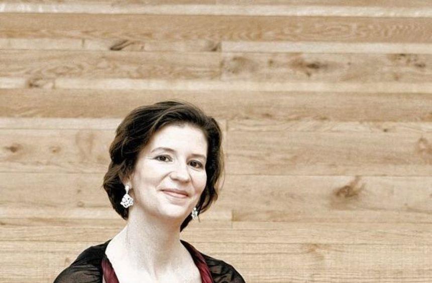 So schick läuft Violonistin Kamilla Schatz sicher selten am Neuostheimer Neckar entlang. In ihren ...