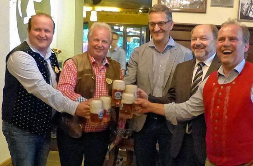Messebierprobe in der Faust-Brauerei Miltenberg: Das Bild zeigt (von rechts) Geschäftsführer ...