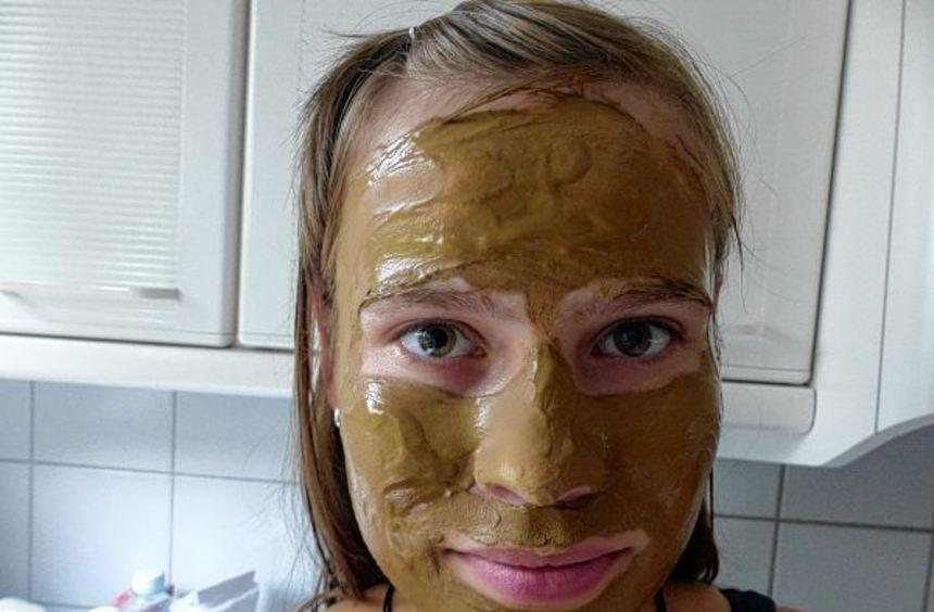 Auch als Gesichtsmaske lässt sich Heilerde, als Brei verrührt (rechts), verwenden - sieht auf jeden ...