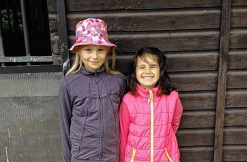 Mira Grüner (links) und Franziska Lutzi hatten Spaß auf dem Reiterhof.