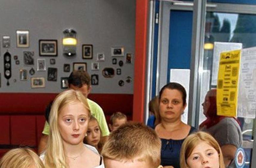 Vor dem Film holen sich die Kinder noch etwas zu essen und zu trinken.