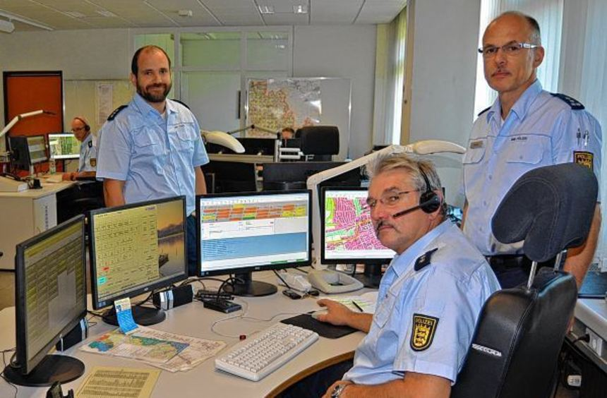 Im Führungs- und Lagezentrum der Polizei laufen die Fäden zusammen. Das Bild zeigt Markus Winkler ...