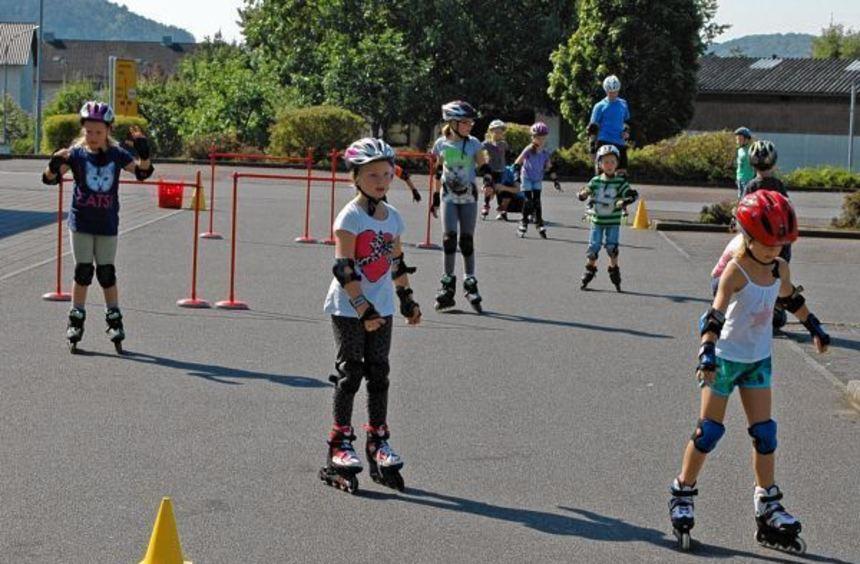Auf dem Rewe-Parkplatz drehten die Kinder am Sonntag ihre Runden auf Inline-Skatern.