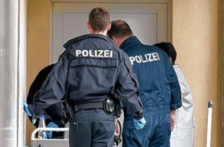 Sprengstoffexperten und Beamte der Spurensicherung in Oberursel.