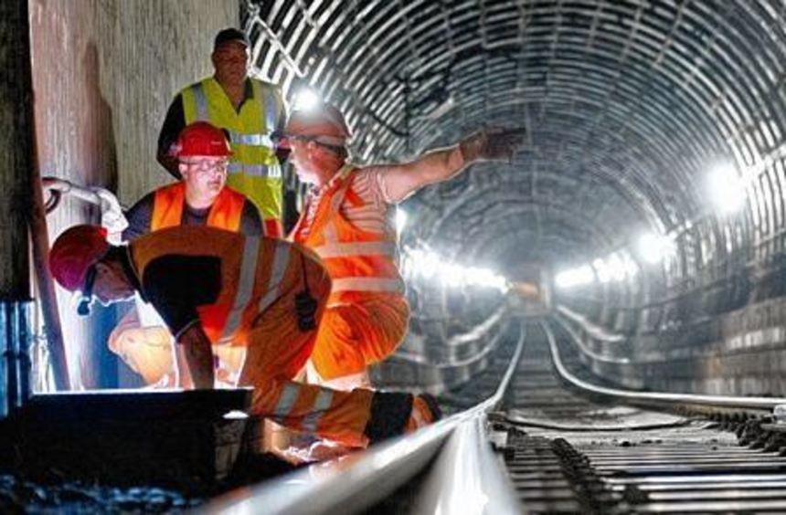 Arbeiter im S-Bahntunnel in Frankfurt. Die Bauarbeiten sind abgeschlossen, die die S-Bahnen wieder ...