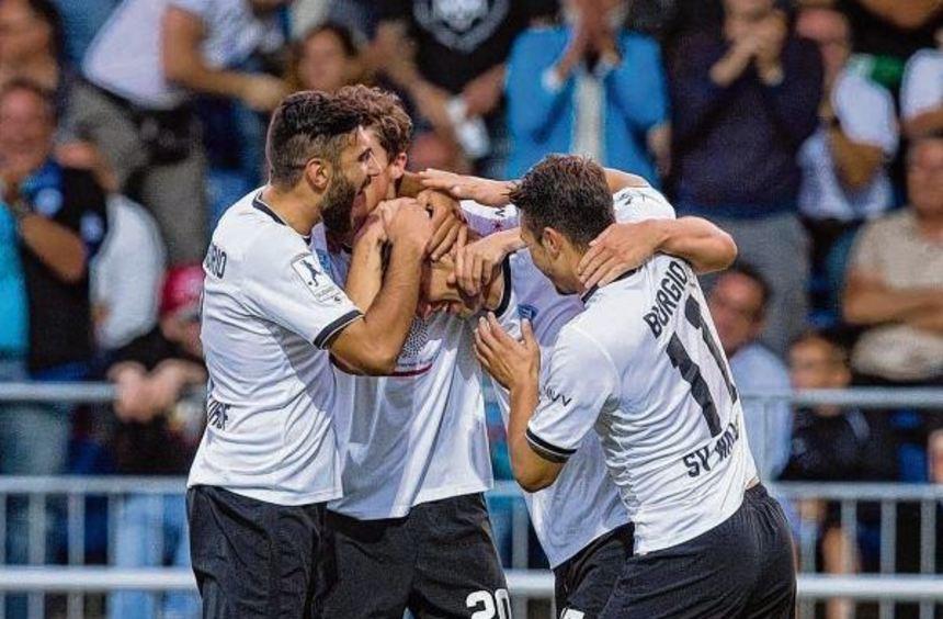 Freude beim SV Waldhof: Im Mittelpunkt Marco Müller, der Torschütze zum 1:0. Giuseppe Burgio ...