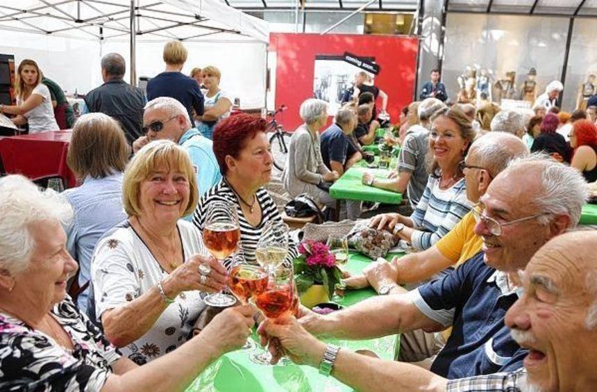 """Ein Prosit auf die """"Wein & Genuss"""": Auf den Kapuzinerplanken wird es gemütlich."""