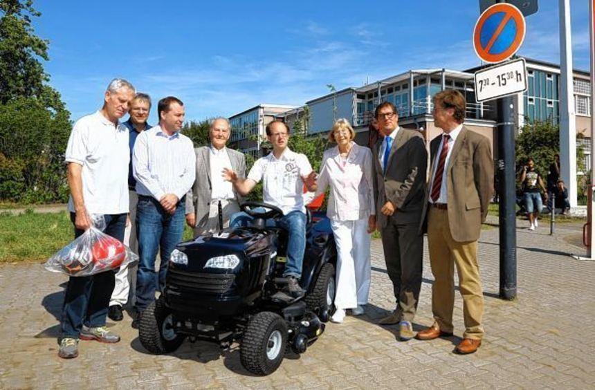Auf Initiative von Chris Rihm (sitzend) kam die Spende zustande. M. Grötsch (2.v.l.) und H. Genz ...
