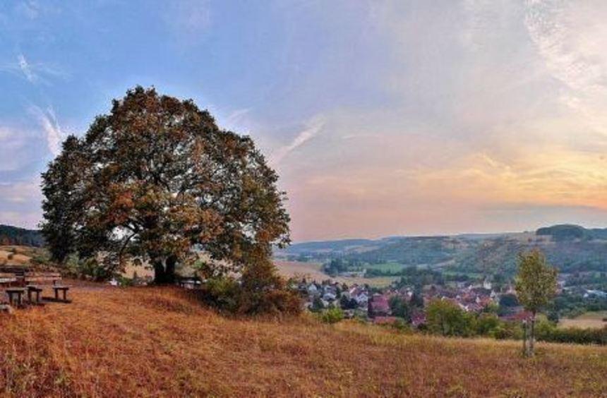 Ein wunderschöner Blick auf die umliegende Landschaft und das Umpfertal bietet sich an der alten ...