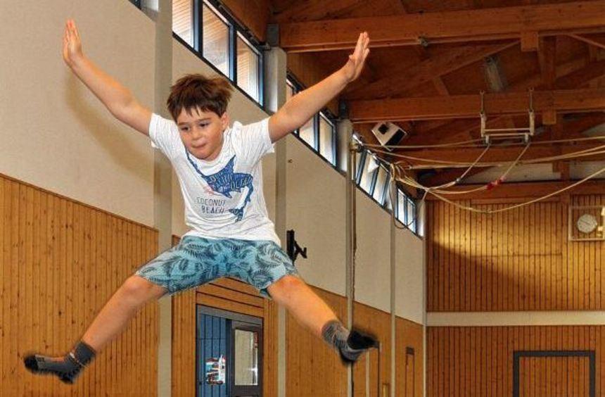 Auf dem Trampolin springen - das ist gar nicht so einfach, macht aber viel Freude. Bei der Bibliser ...