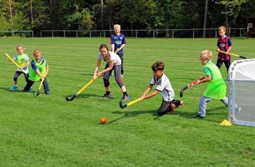"""Viel Spaß hatten die Mädchen und Jungen bei der vom SV Höhefeld organisierten """"Ballolympiade""""."""