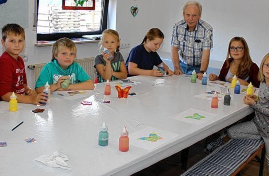 Mit Begeisterung sind die 20 Ferienspielkinder bei der Sache. Heinz Schader erklärt ihnen die ...