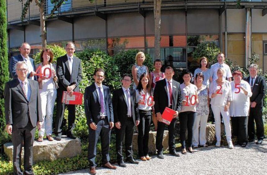 Sparkassendirektor Manfred Rheiner (links) und Personalrat Bruno Klemm (rechts) gratulierten den ...