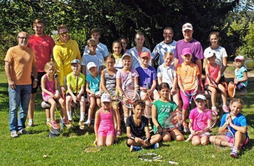 Betreuer und Verantwortliche des Tennisclubs Rot-Weiss mit den Kindern, die in dieser Woche fleißig ...