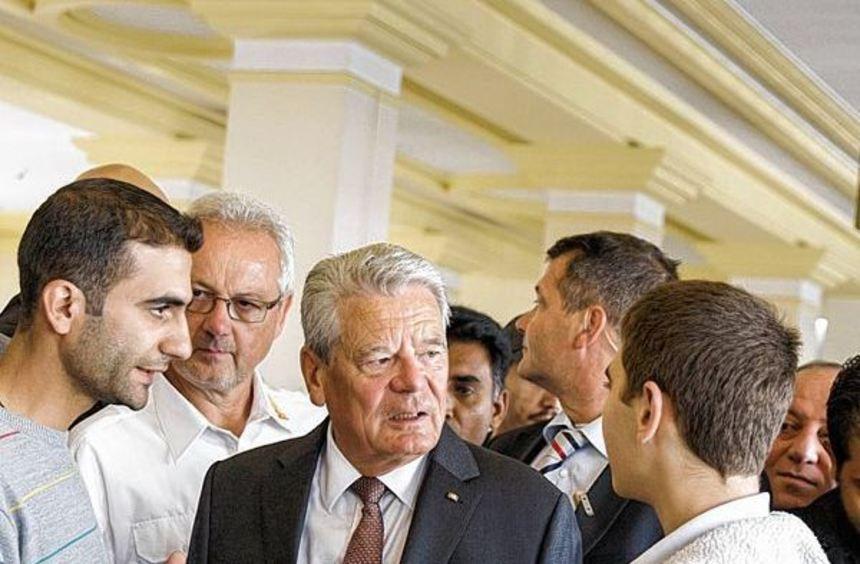 Joachim Gauck trifft Flüchtlinge in Berlin, Kanzlerin Angela Merkel besucht nach den Übergriffen ...