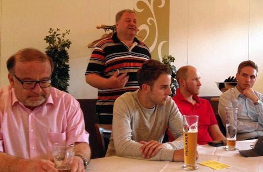 CDU-Stadtverbandsvorsitzender und Spitzenkandidat Norbert Schübeler (stehend), schwört die Partei ...