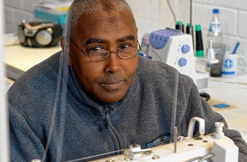 Leidenschaftlich gern arbeitet Osman Jusuf Jilal an der Nähmaschine.
