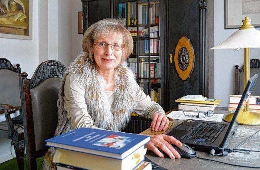 Christine Müller-Scholle an ihrem Schreibtisch. Im Vordergrund ihr neues Buch über Rudyard Kipling, ...