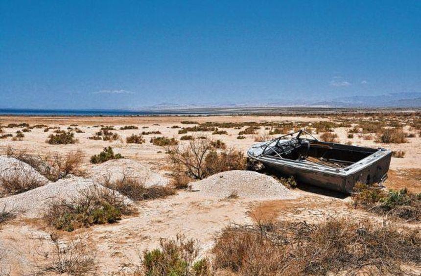 Ein Boot mitten in der Wüste? Die Salton Sea nahe der kalifornischen Südgrenze verliert dramatisch ...