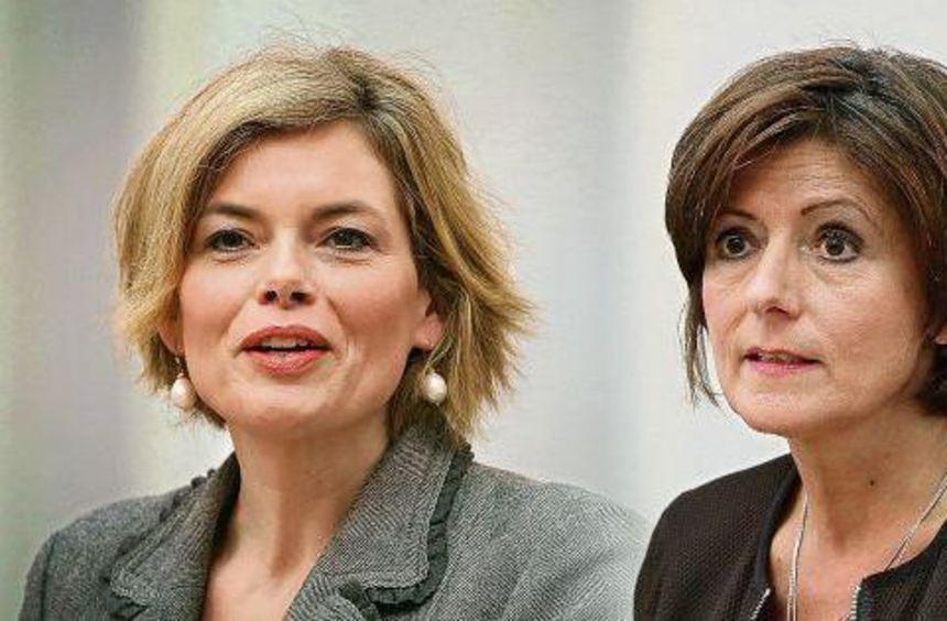 Frauenduell: Malu Dreyer (SPD) - hier rechts im Bild - oder Julia Klöckner (CDU)? Im März 2016 ...