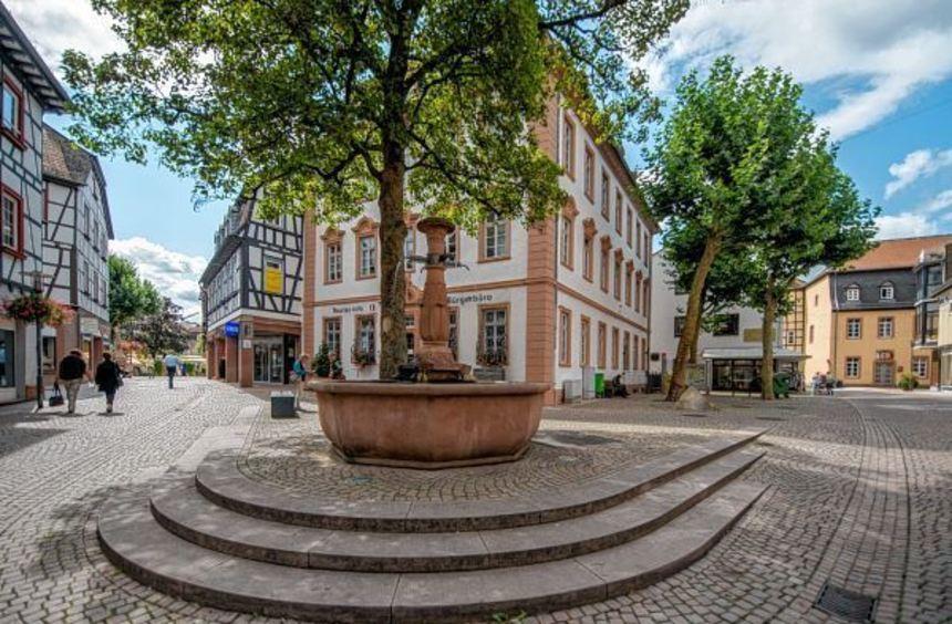Im Mittelpunkt: Der Bürgerwehrbrunnen gibt dem Platz vor der Alten Faktorei (im Hintergrund, Mitte) ...